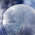 Замороженный мыльные пузыри — новогоднее развлечение, если у вас есть мороз