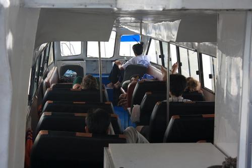 В лодке всего 5 человек, 2 водителя и гид