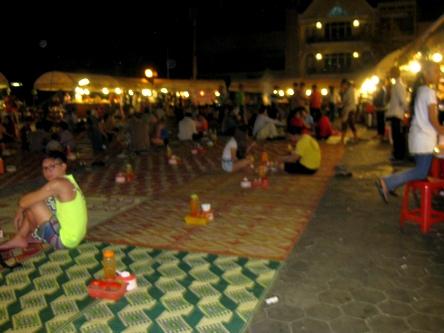 еда на ночном рынке