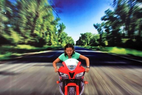 На мотоцикле по дороге
