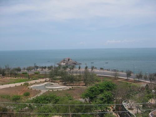 Вьетнам. Вунг Тау. Вид с обзорной площадки на сад и море.