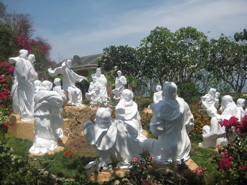 Вьетнам. Вунг Тау. Белоснежные скульптуры.