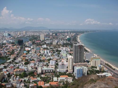 Вьетнам. Вунг Тау. Статуя Христа. Вид сверху на город и прибрежную линию моря.
