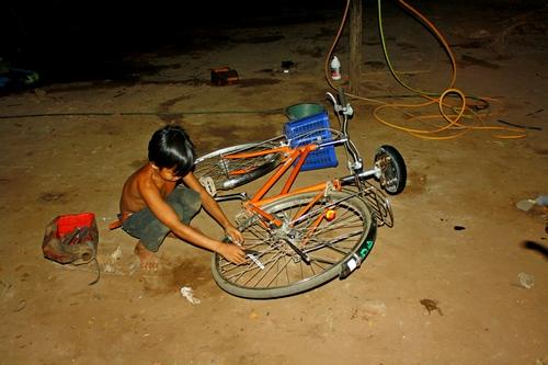 На велосипеде по ангкору - ремонт прокола колеса