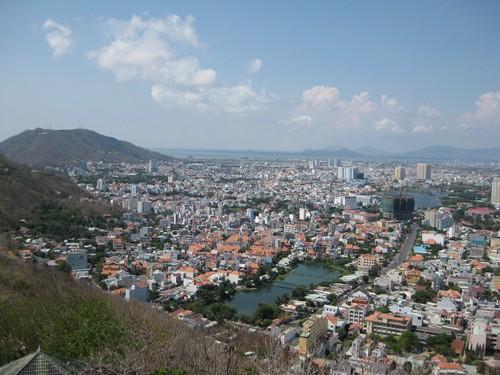Вьетнам. Вунг Тау. Статуя Христа. Вид сверху на город Вунг Тау и небольшие озерца.