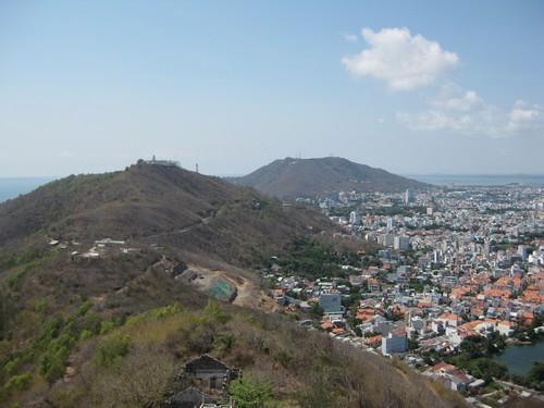 Вьетнам. Вунг Тау. Статуя Христа. Вид сверху на гору с маяком и далее гора Ho Mai.
