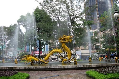Фонтан рядом с китайским рынком