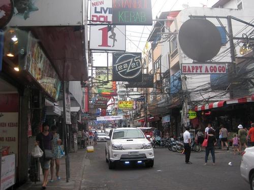Пешеходная улица Волкинг Стрит в Паттайя днем