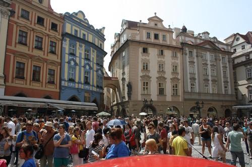 Народ собрался смотреть на астрономические часы (Прага, Чехия)